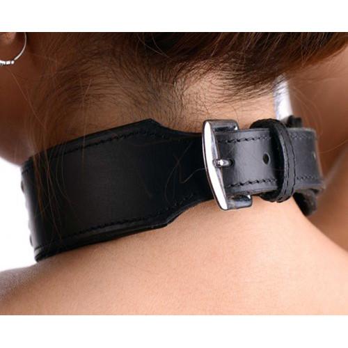 Lederen halsband met SLUT vermelding (in studs)